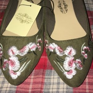 Shoes - Olive green cute embroidered flats